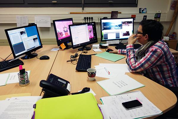 Plusieurs écrans sont nécessaires afin d'effectuer la surveillance en ligne des épreuves.